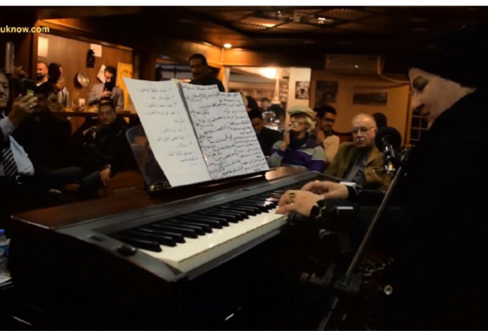Video: Seyircilerin önünde piyano çalan ilk kadın