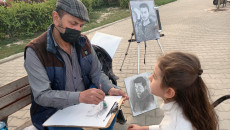 أمير يمارس الرسم لإسعاد قلوب أطفال النازحين
