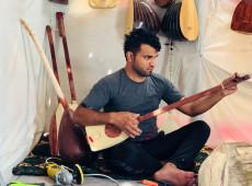 عباس يصنع 50 آلة طنبور خلال الحجر المنزلي