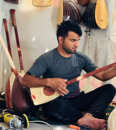 Displaced Ezidi crafts and sells 50 lutes during lockdown