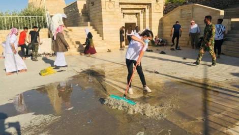 متطوعون ينظفون مزار شرف الدين بعد انتهاء مراسيم العيد