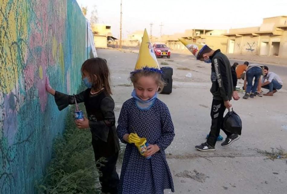 الاطفال العائدون يرسمون الجدران فى ناحية القحطانية