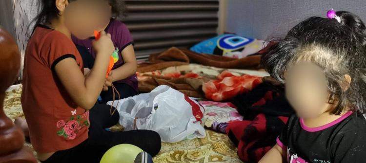 Anneleri tarafından bırakılan 3 çocuk<br>Kerkük'ün mahkemesi onları büyük koşullarıyla büyükannelerine veriyor