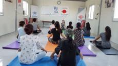 روناك تُدخِل اليوغا في حياة نساء وفتيات المخيمات