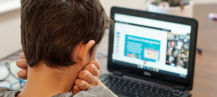 مئات الآلاف من الطلبة في مفترق طرق بين التعليم التقليدي و التعليم الالكتروني