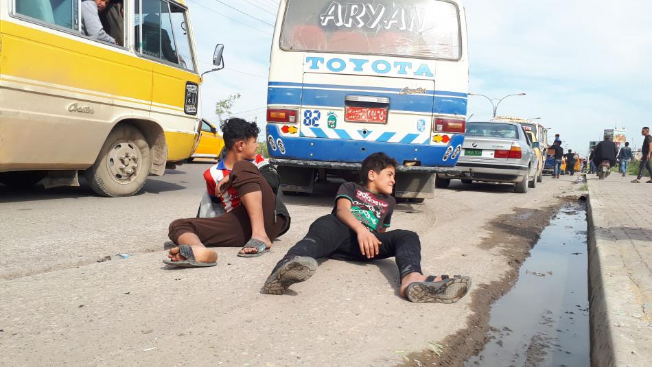 Ahmet ve Cemil; Otobüs durağında yolcu taşımacılığı yapıyorlar
