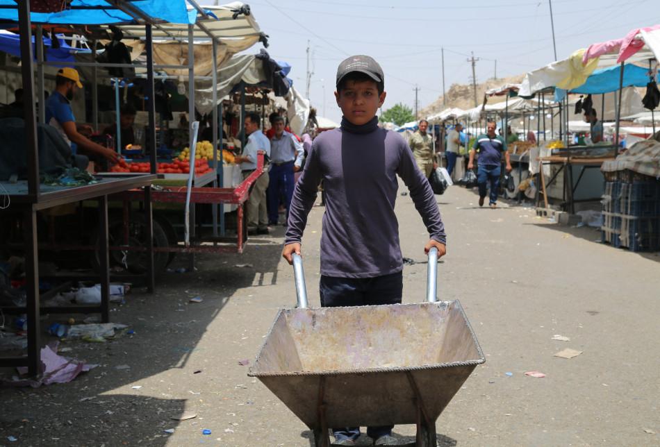 إسمي حسين صبحي، عمري 11 سنة، طالب في الصف الثالث الابتدائي وقد نزحت مع عائلتي من داقوق، أعمل على جسر خَبات (النضال)، أقوم يومياً بجمع القمامة وأكسب يومياً خمسة آلاف دينار.