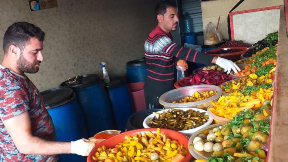 3 kamptan mülteci Eziz'in turşusundan yiyor